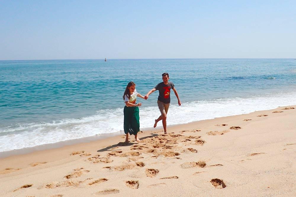 В апреле на пляже Сокчо мало туристов, поэтому и песок, и вода очень чистые