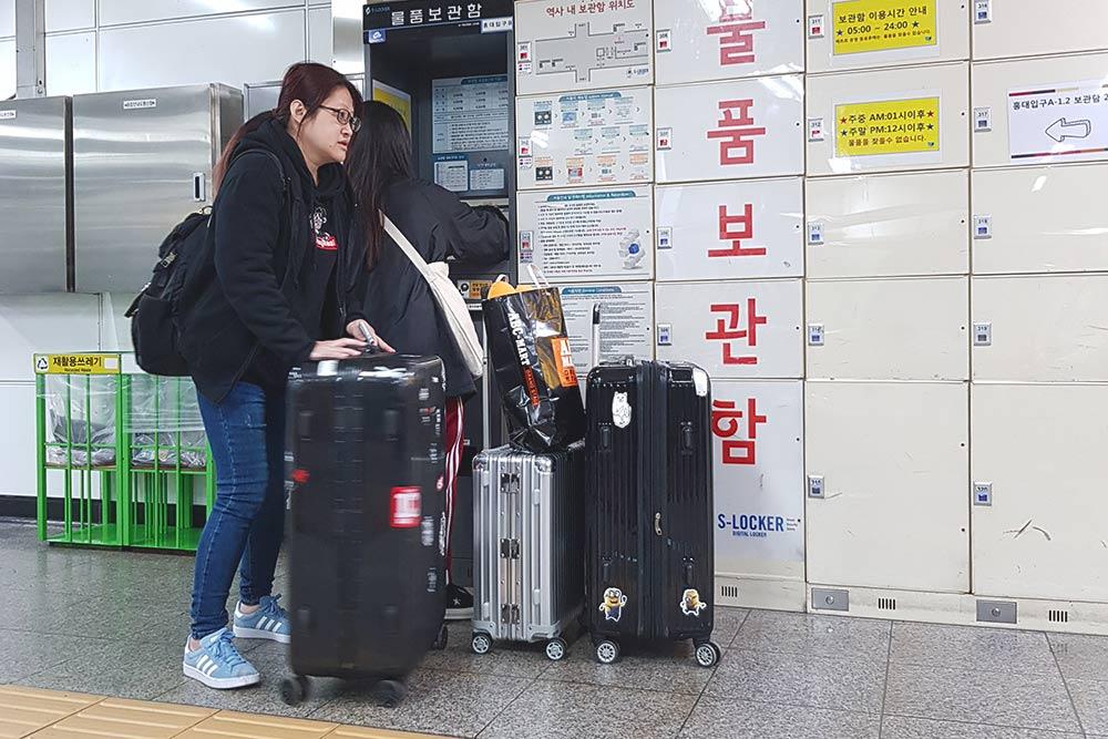 На каждой станции метро в Сеуле есть автоматические камеры хранения. Мы сдали вещи на 6 часов и заплатили за это 8000&nbsp;₩ (около 450<span class=ruble>Р</span>). Хранение вещей оплатили всё той&nbsp;же картой T-Money