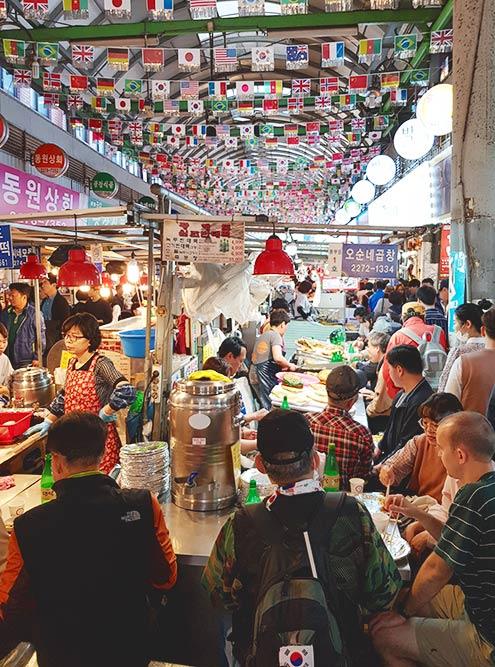 Разрекламированная аллея еды на рынке Кванджан (Gwangjang) в Сеуле нам не понравилась: 90% блюд стоят всего 5000&nbsp;₩ (около 280<span class=ruble>Р</span>), но порции очень маленькие
