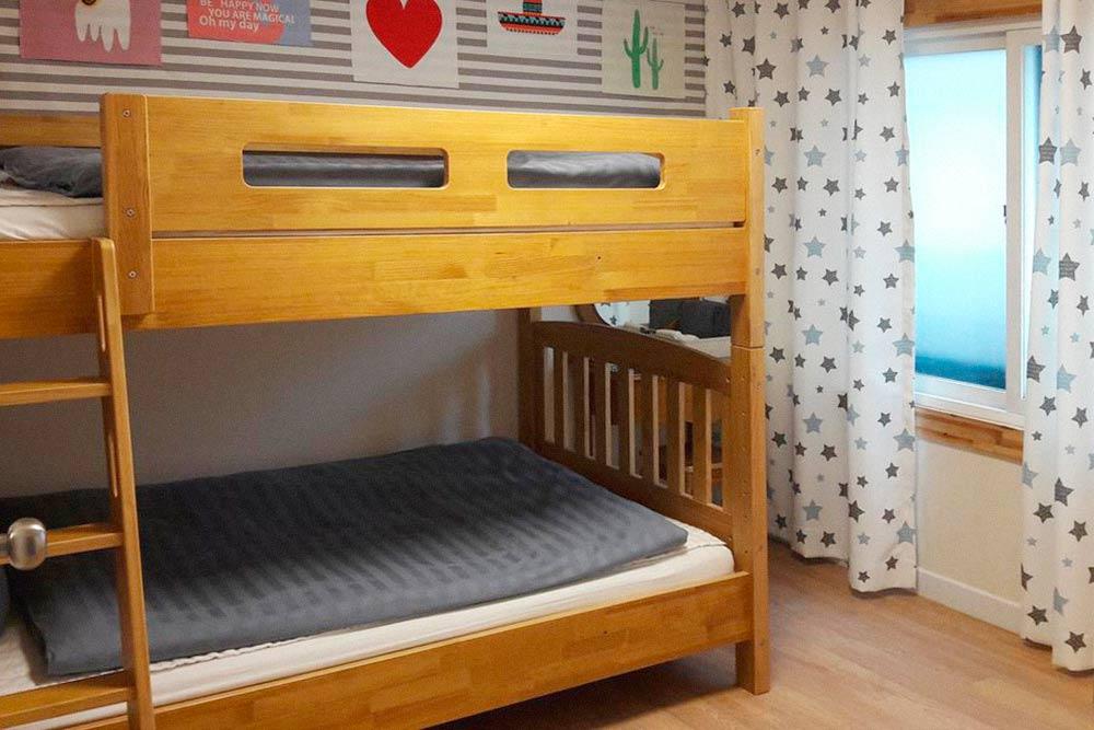 Наш номер в гостевом доме за 1800 рублей. Он совсем небольшой — всего 10 кв. м. Фото: booking.com