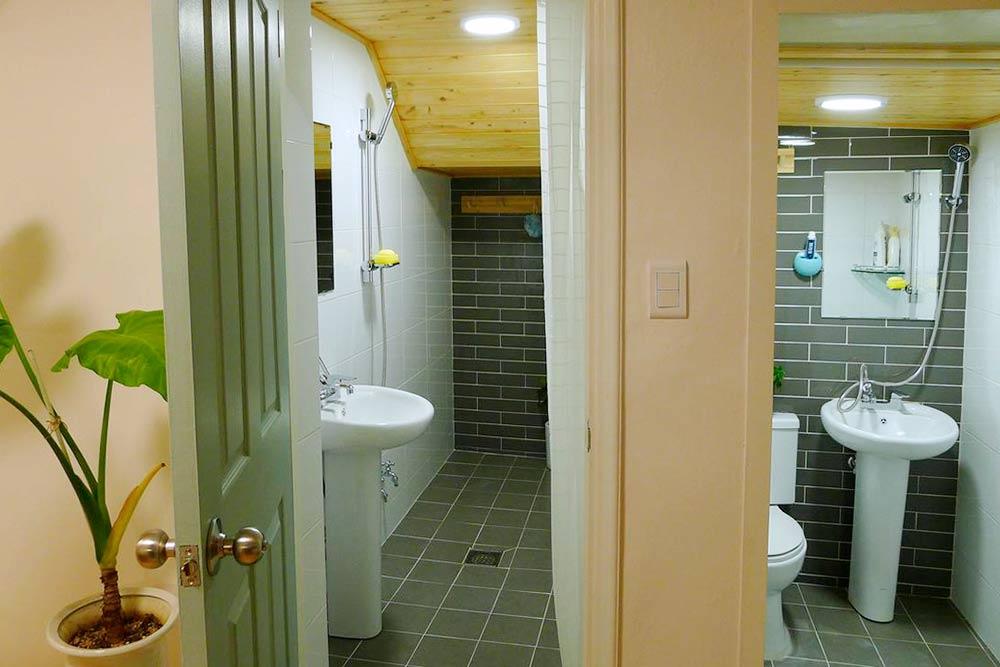 Для каждого номера предусмотрена отдельная внешняя ванная комната. Основной минус дешевого жилья в Сеуле — отсутствие нормальной душевой кабинки. Обычно в ванной рядом с унитазом и раковиной просто висит шланг, а слив расположен прямо в полу. Обязательно нужны тапочки, но в нашем гостевом доме их выдавали. Фото: booking.com