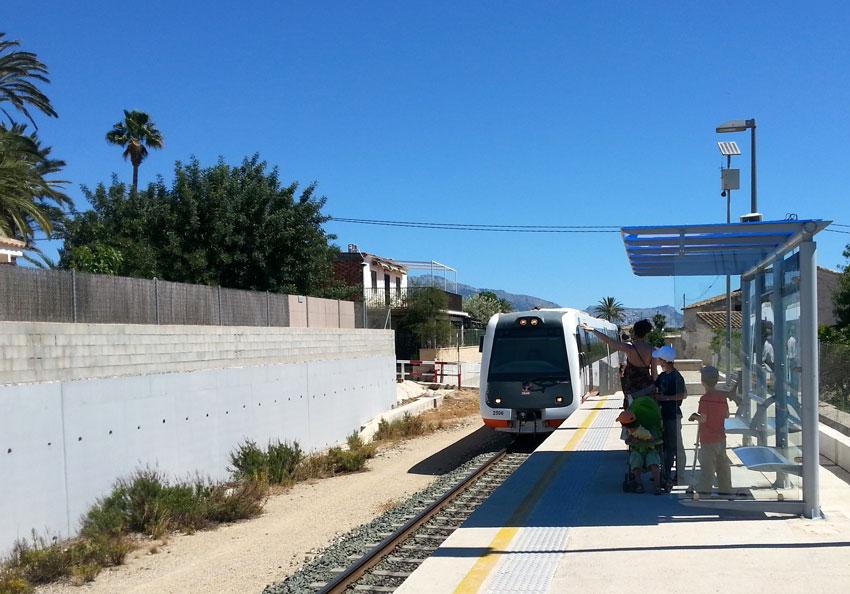 Трамвай подходит к станции «Ками-Ковес», пассажиры сигналят рукой