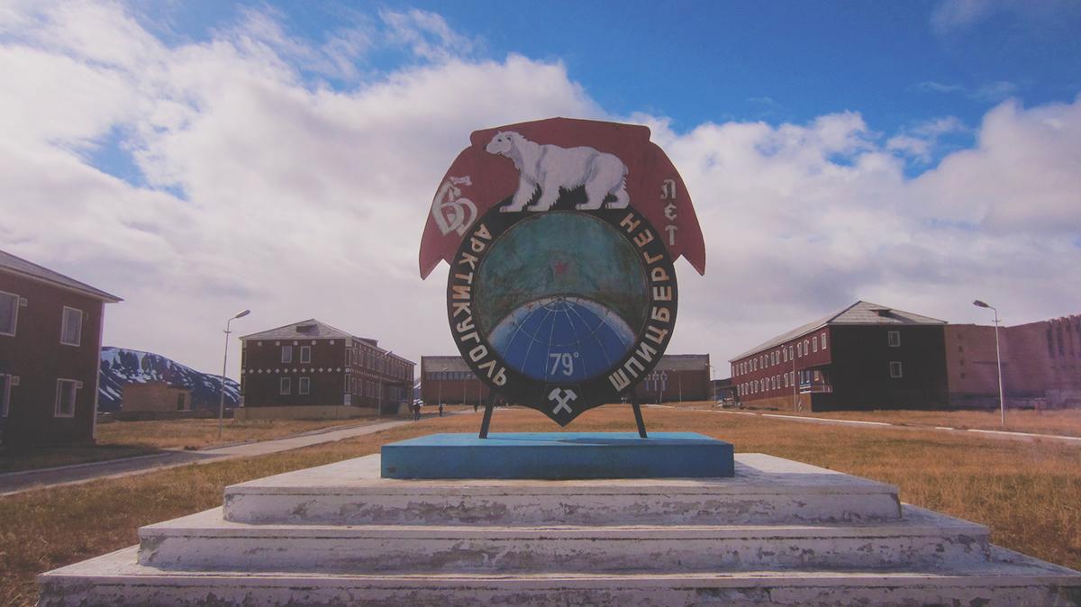Поселок Пирамида принадлежит российскому тресту «Арктикуголь»