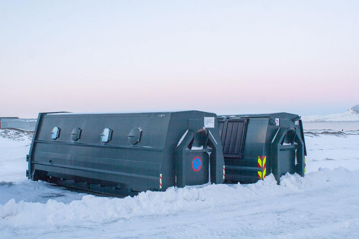 Контейнеры для мусора на местной свалке. Потом их вывезут в Норвегию