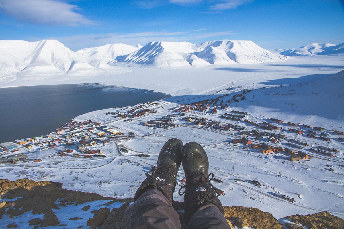 Вид на Лонгйир. Гора, на которой я сижу, в шаговой доступности от города