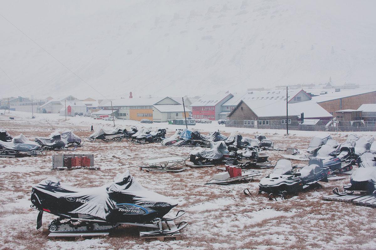 Официальных парковок и гаражей нет. Где снегоход поставил в конце зимы, там он и стоит