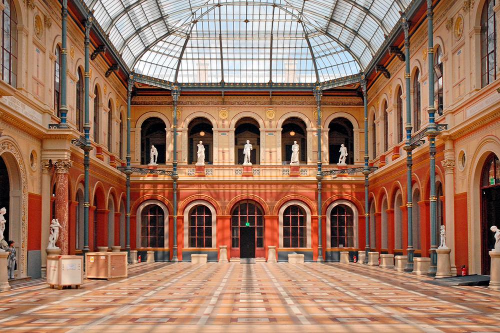 Париж-Малакэ находится на территории школы изящных искусств — Beaux-arts. Это Дворец знаний, где обычно проходят студенческие выставки