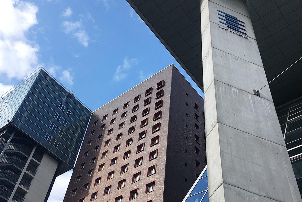Главное здание университета и общежитие Berliner Tor: чтобы внего заселиться, придется ждать 1,5—2 года