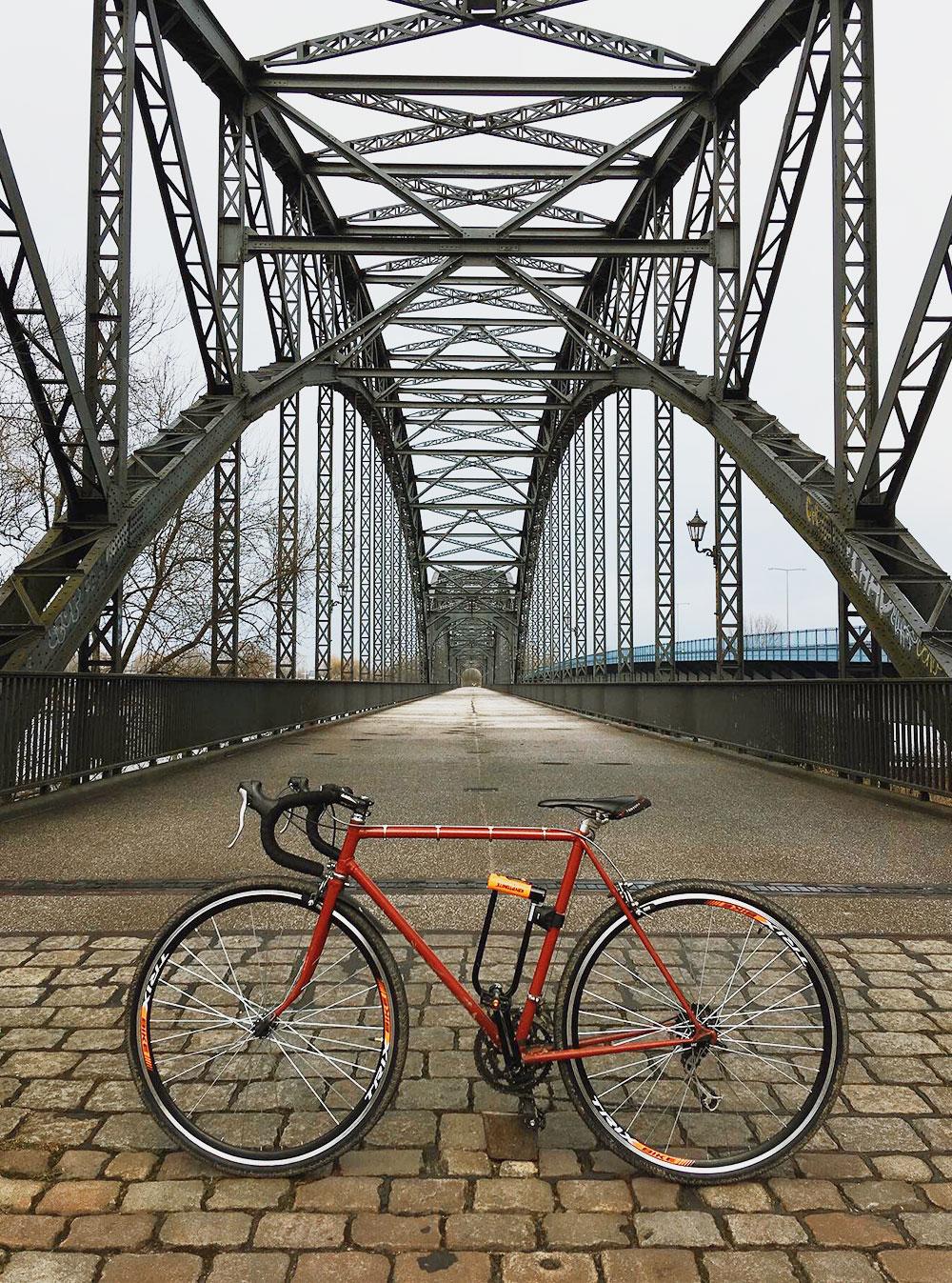 На велосипеде от железнодорожной станции Вильямсбург до моста можно доехать за20минут