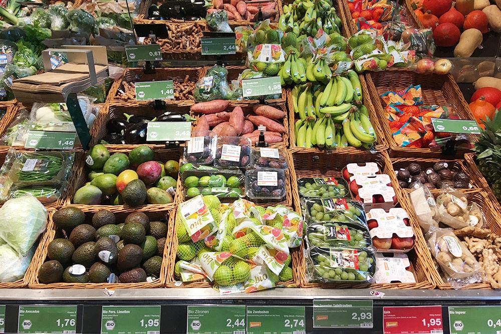Цены на биофрукты в«Эдеке»: авокадо стоит 1,76€ заштуку, манго — 3,42€ заштуку, виноград — 2,93€ заполкило