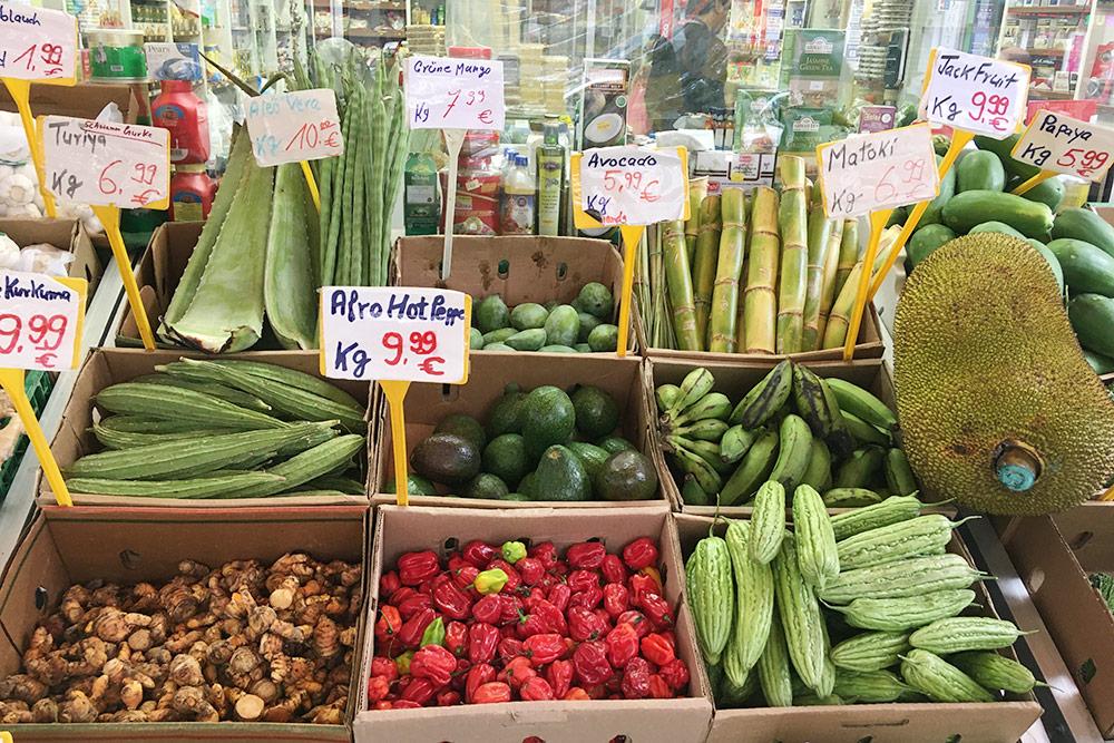 Благодаря международному порту вмагазинах Гамбурга можно найти экзотические продукты. Дуриан стоит 9,99€ закг, бамбук — 6,99€ закг, листья алоэ — 10€ закг