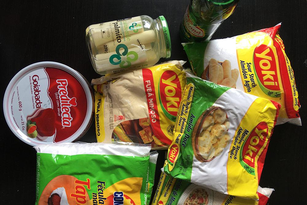 Мои любимые бразильские перекусы — пальмовая сердцевина, гойябада — мармелад изгуавы, фарофа, тапиока исырные шарики пан‑де‑кейжу. Я использую муку изманиока дляприготовления блюд бразильской кухни