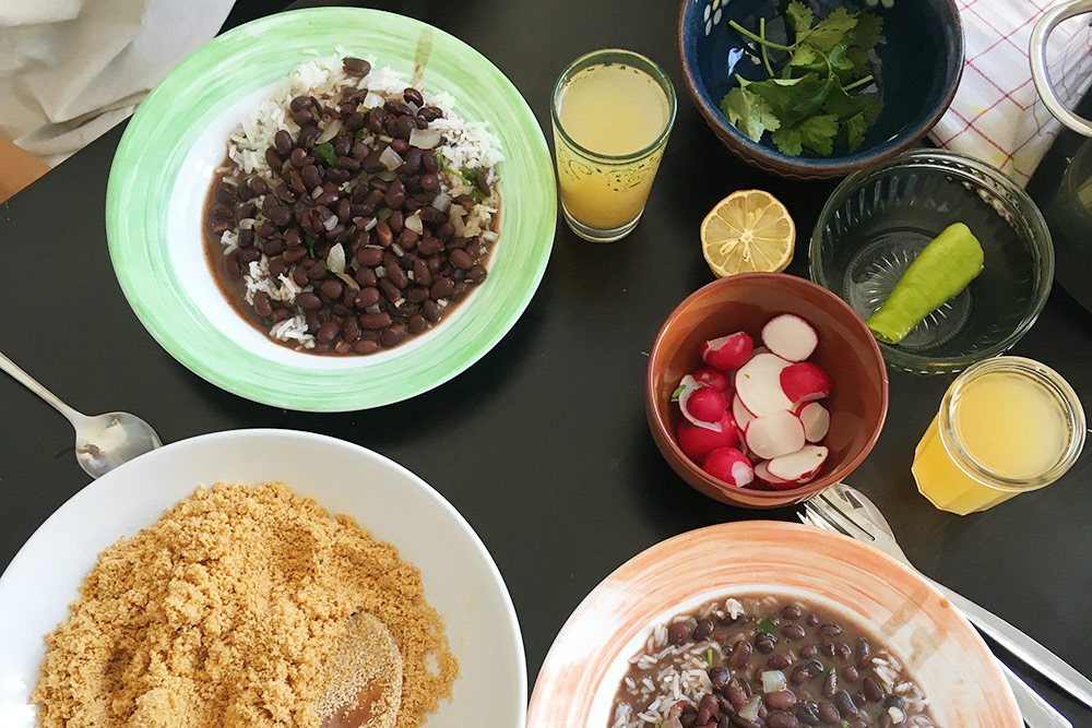 Традиционный бразильский обед: фейжао — рис сбобами — ифарофа. Обычно мы готовим рис ибобы нанесколько дней попонедельникам