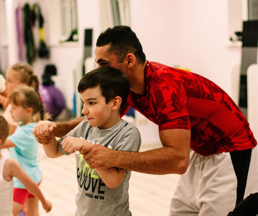 Тренер Мирсаид проводит детскую тренировку по боксу