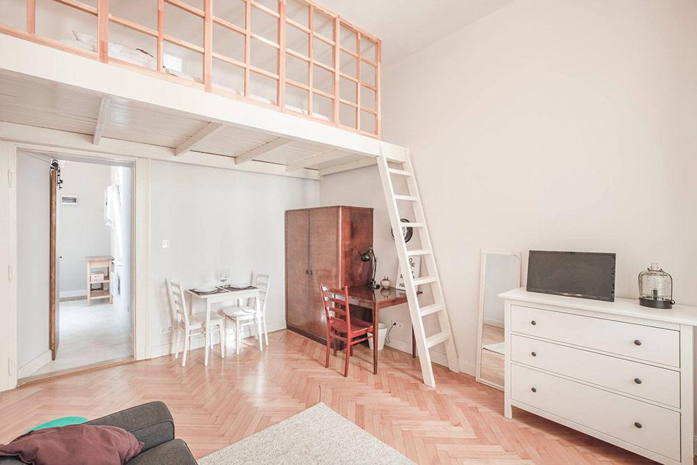Квартира однокомнатная, ноиз-за высоких потолков вней есть второй этаж. Нанем располагается спальное место