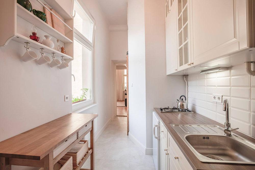 Кухня небольшая, новней есть все необходимое: столовая посуда, кухонная утварь, газовая плита ихолодильник
