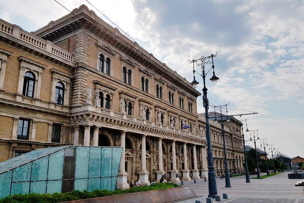 Главный корпус университета нанабережной Дуная включен всписок объектов Всемирного наследия Юнеско вВенгрии