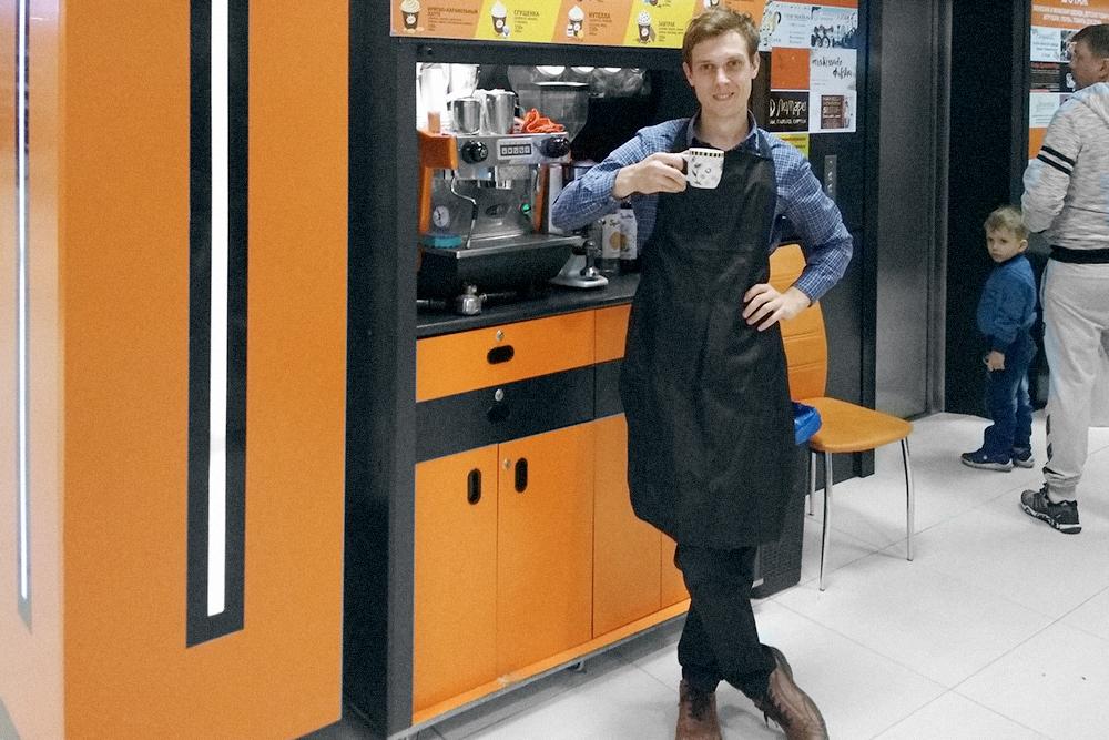 Я на маленькой кофейной точке около лифта в торговом центре. Зарплата — 1200 рублей за смену, смена — 10 часов
