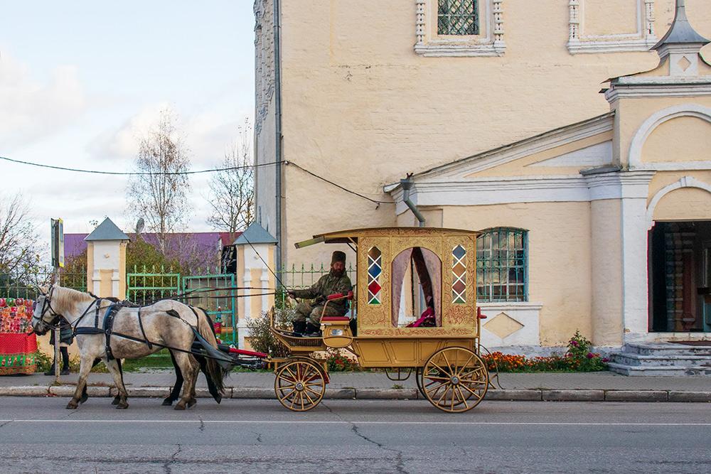 По Суздалю можно прокатиться в повозке с профессиональным извозчиком. Час прогулки стоит 5000<span class=ruble>Р</span>. Фото: Анастасия Осян