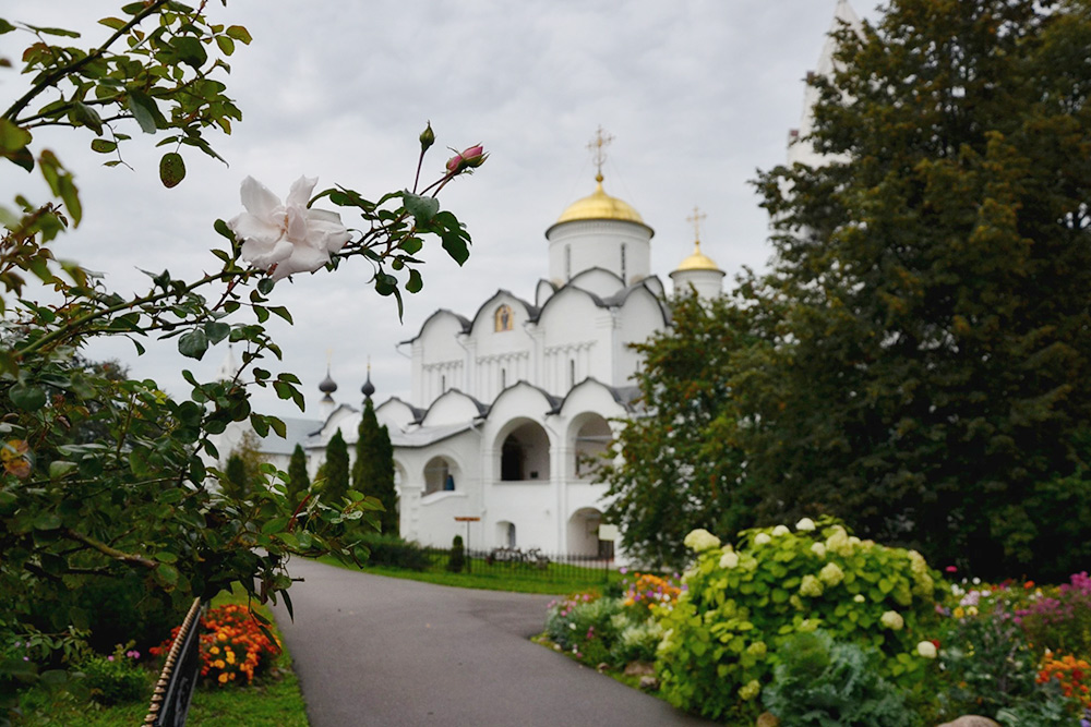 Территория Покровского монастыря украшена цветами