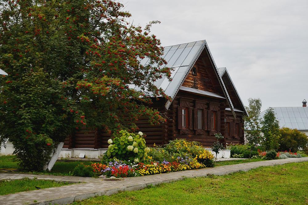 В деревянных домиках на территории живут монахини Покровского монастыря. Тамже располагается приют длядевочек
