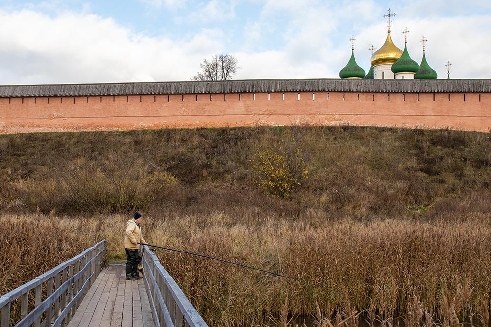 Мостик, покоторому можно пройти кПокровскому монастырю. Фото: Анастасия Осян