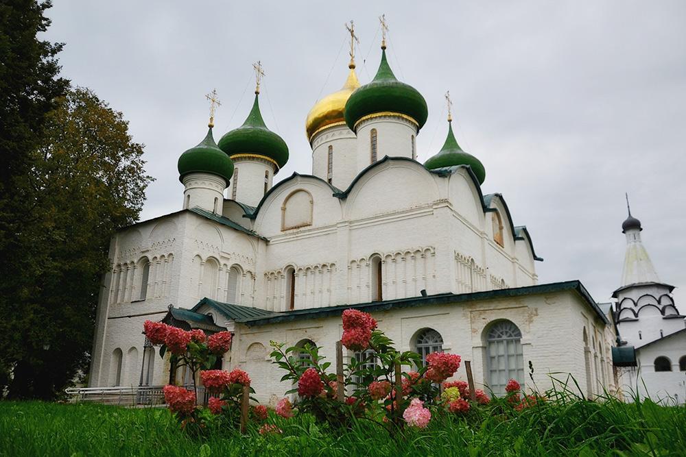 Пятиглавый Спасо-Преображенский собор— первый каменный храм, построенный натерритории монастыря. Это главное здание комплекса