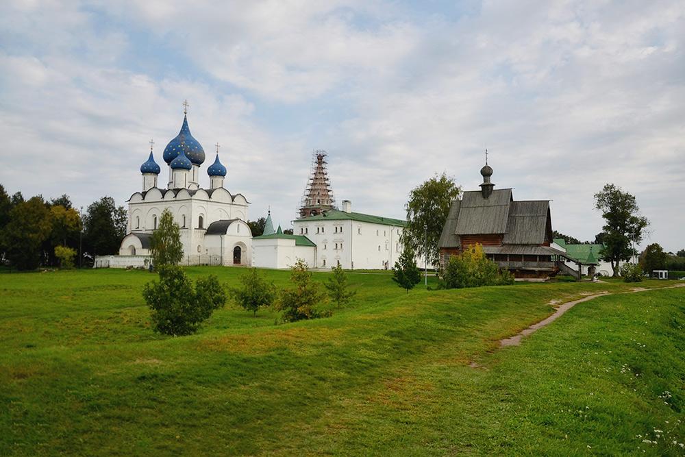 Территория Суздальского кремля: Рождественский собор судивительными синими куполами взвездах, Никольская деревянная церковь иАрхиерейские палаты. Рекомендую начать осмотр схрамов, азатем отправиться впалаты
