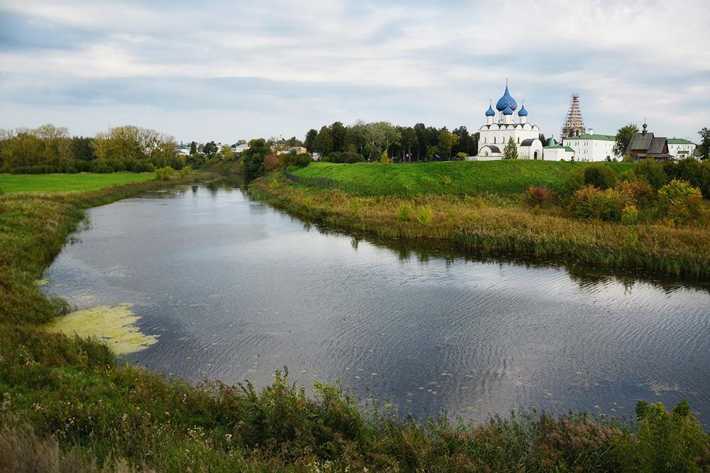 Вид наСуздальский кремль, открывающийся отцеркви Ильи Пророка