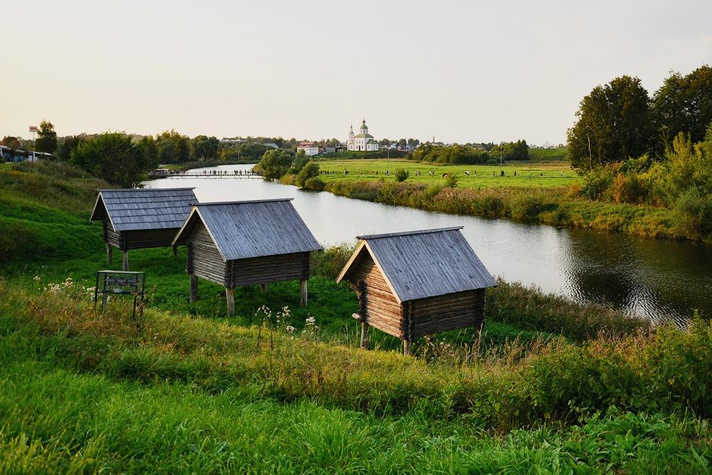 Амбары насваях натерритории Музея деревянного зодчества