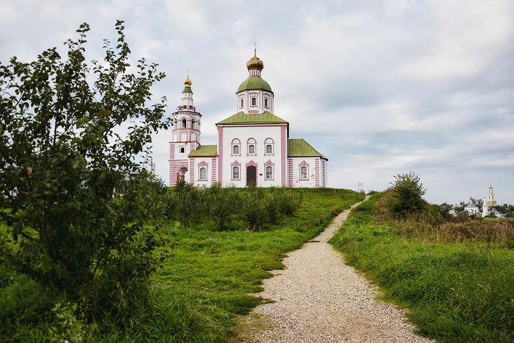 Дорога к церкви Ильи Пророка пролегает вдоль яблоневых садов