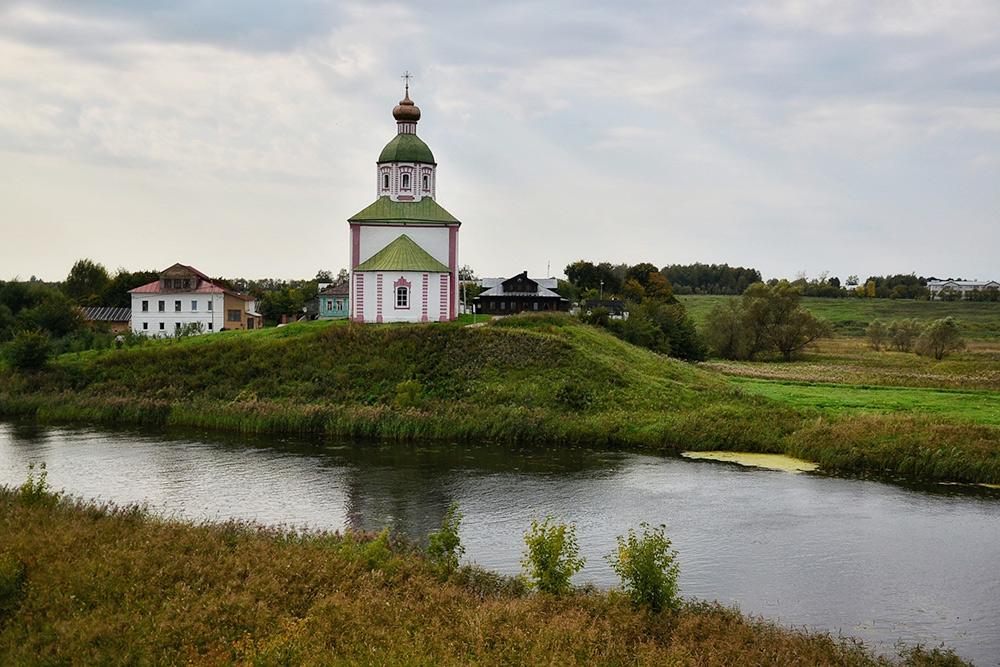 Вид на церковь Ильи Пророка с территории Суздальского кремля