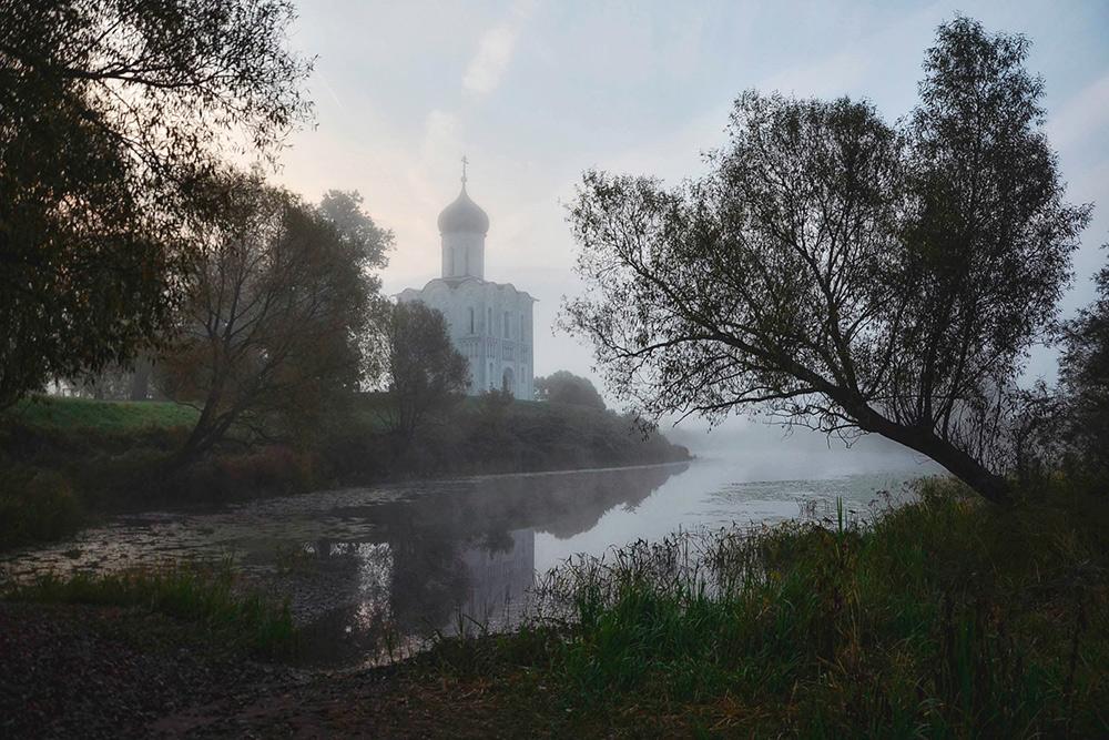 Церковь Покрова на Нерли туманным утром