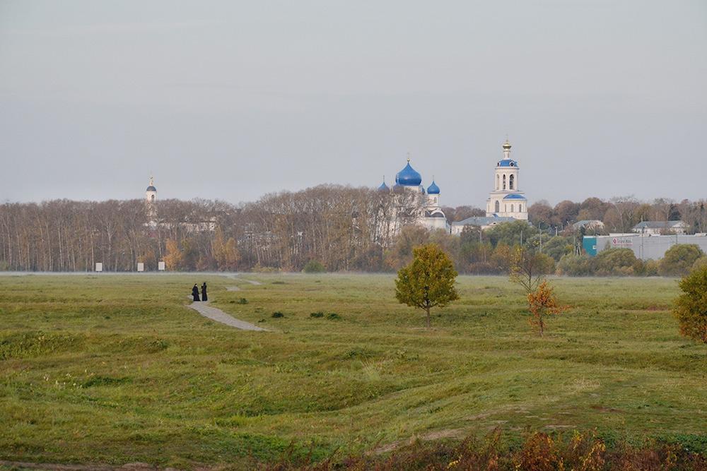 Сфотографировала Боголюбовский луг по дороге от церкви Покрова на Нерли к Свято-Боголюбскому монастырю