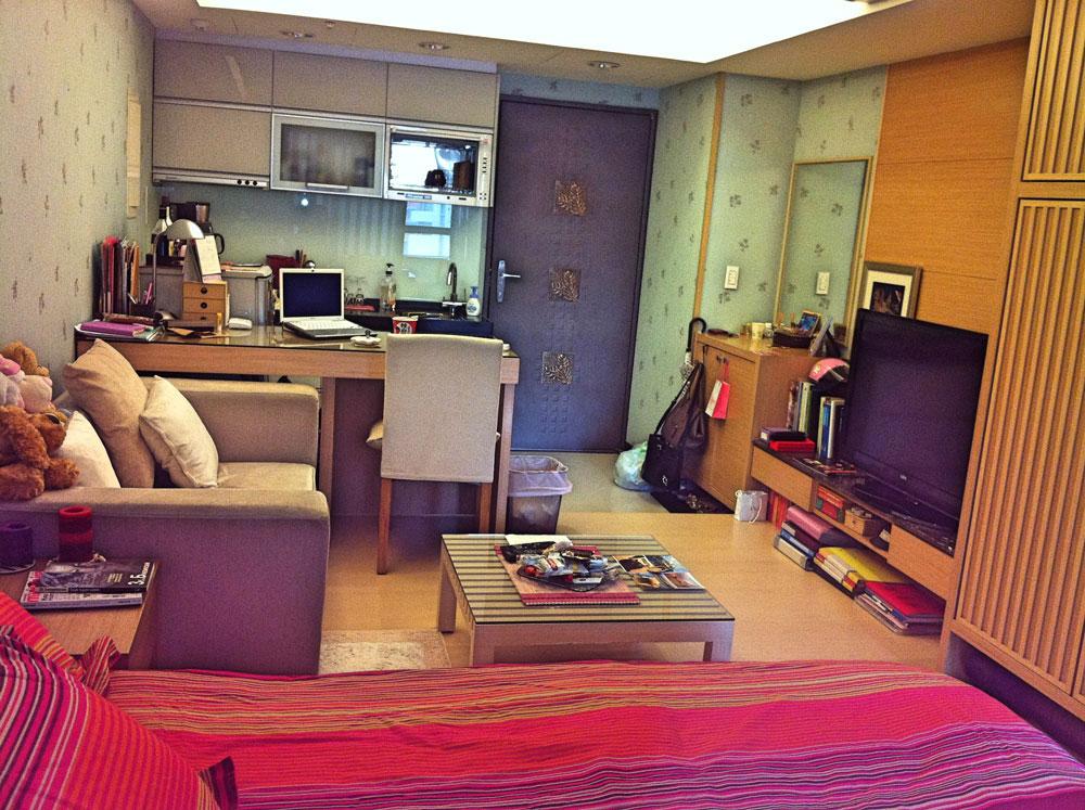 Моя квартира. Слева от двери за столом с ноутбуком — то, что в Тайбэе называют кухней