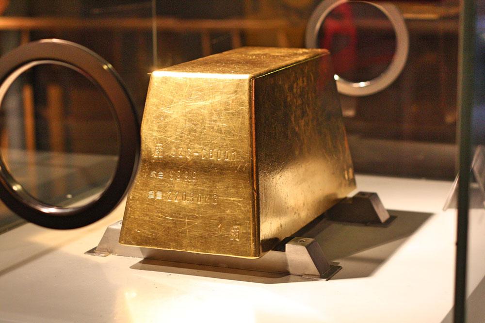 Добывать золото мне быстро наскучило, поэтому я пошла в музей гладить здоровенные золотые слитки. Они отдают приятной прохладой