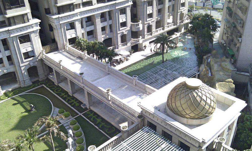 Внутренний двор в доме, где я снимала квартиру. Комплекс называется «Монако». Слева — сад, справа — бассейн