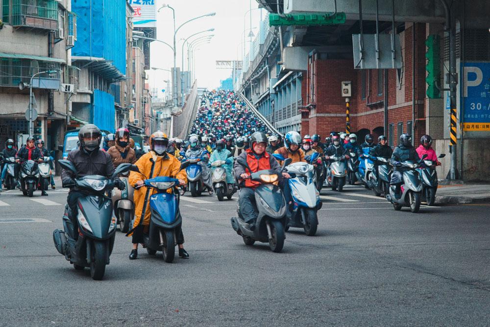 Если нужно пройти больше 200 метров, тайваньцы возьмут мотороллер. Источник:@jesusintaiwan