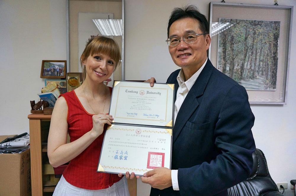 Профессор Вонг, мой научный руководитель в аспирантуре, поздравляет меня с получением докторской степени