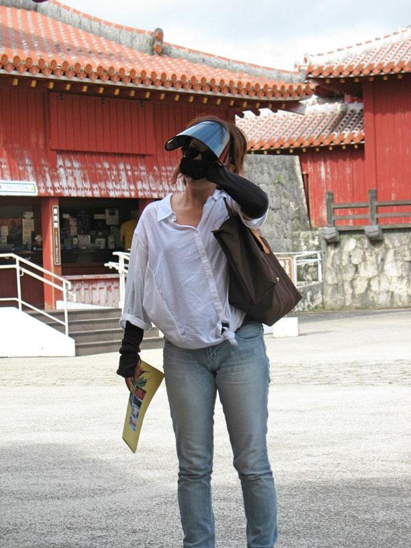 На Тайване загореть можно в любое время года, поэтому местным женщинам приходится постоянно ходить в нарукавниках и маске