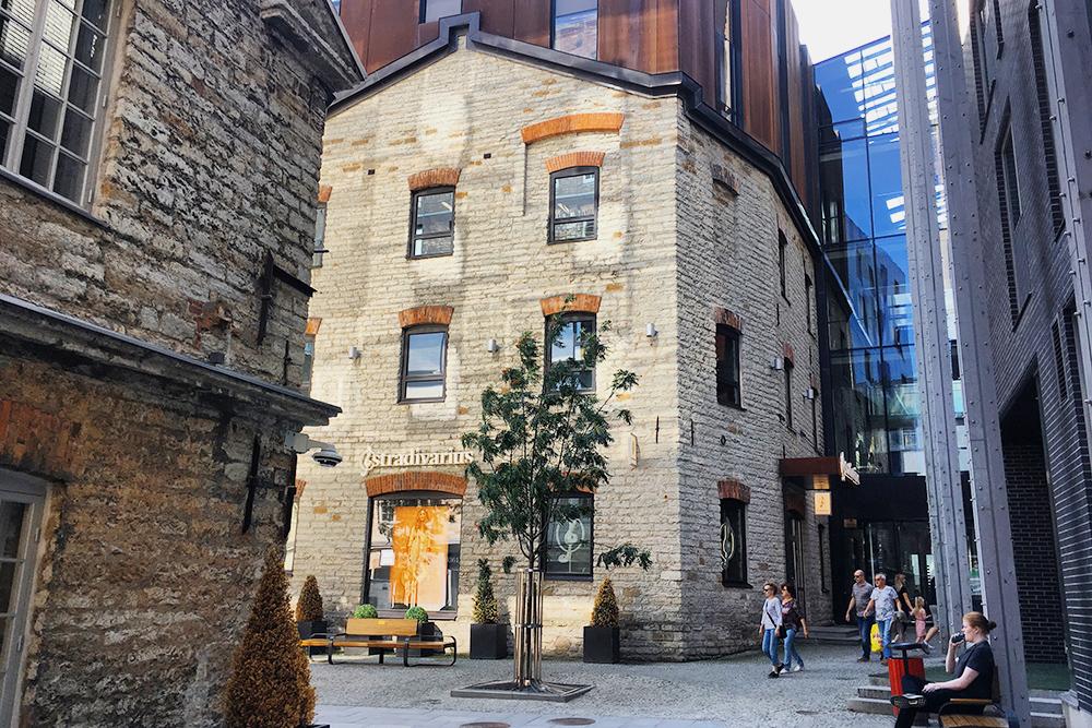 Над старым кирпичным цехом надстроено новое здание из современных материалов. В таком стиле выполнен весь квартал Ротерманни