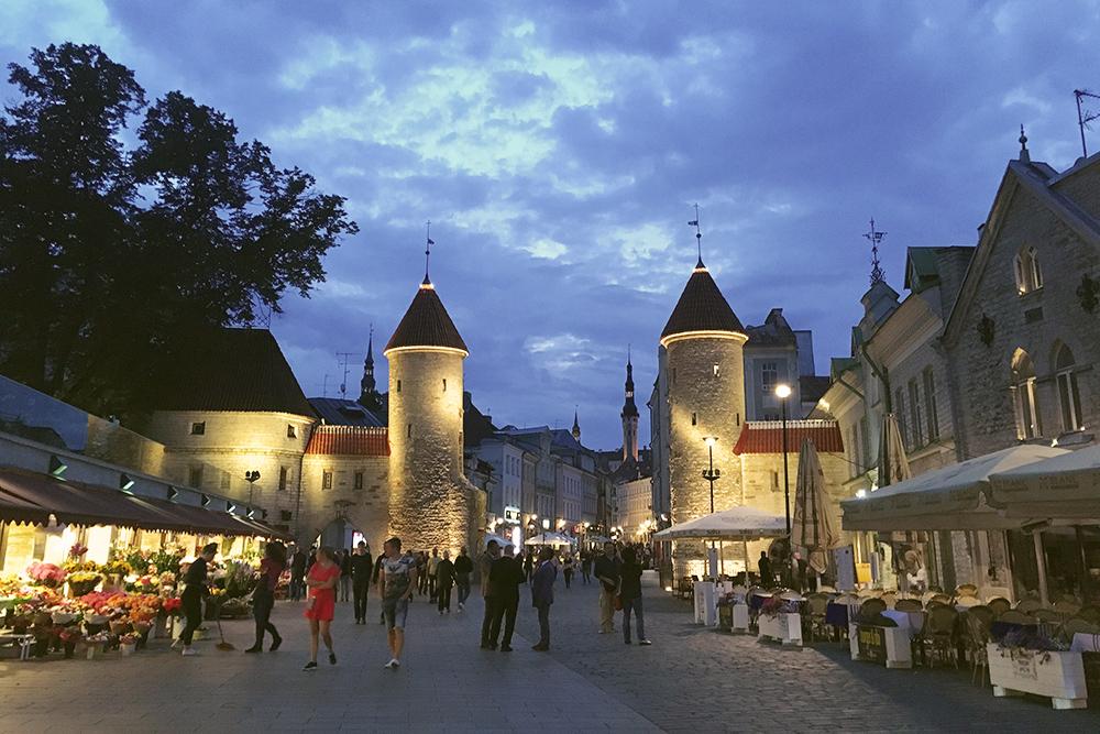 Вируские ворота больше нравятся мне вечером. Весь Старый город в сумерках становится красивой средневековой сказкой, гулять по которой и приятно, и немного страшно