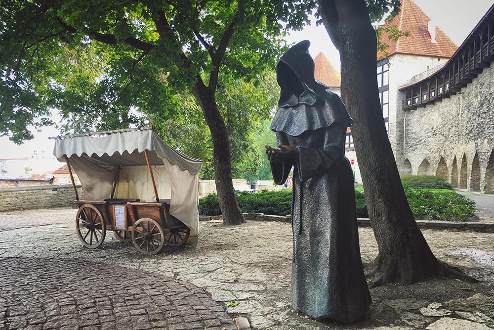 В левую ладонь монаху кидают монетку и загадывают желание