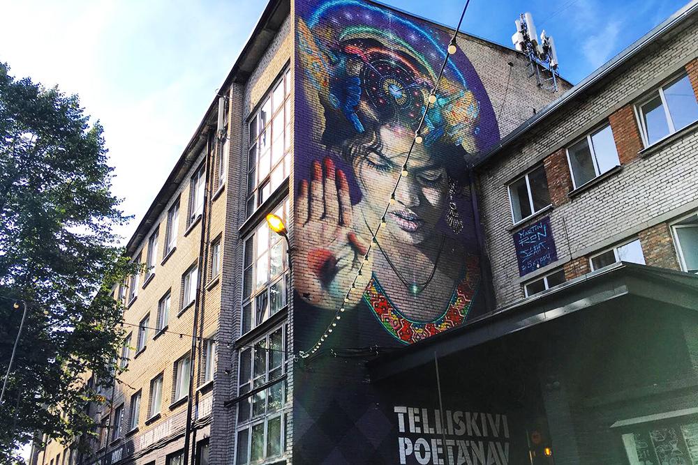В этом здании — галерея с магазинчиками эстонских дизайнеров. Вещи стоят от 40€