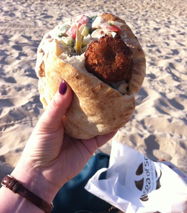 Главный израильский фастфуд — фалафель (шарики из нута) в хлебной лепешке — пите