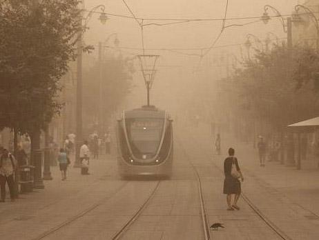 Иерусалим во время песчаной бури. Источник: {news.orenu.co.il}(http://news.orenu.co.il)