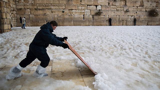 Когда никто не разобрался со снегоуборочными машинами. Источник: ynet.co.il