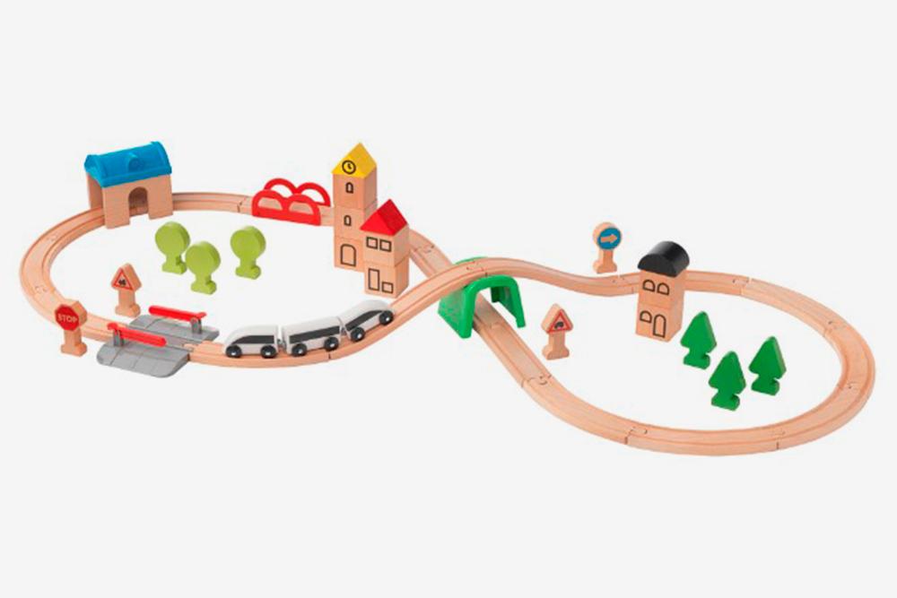 Деревянная железная дорога была одной из любимых игрушек дочки. Источник «Икея-ком»