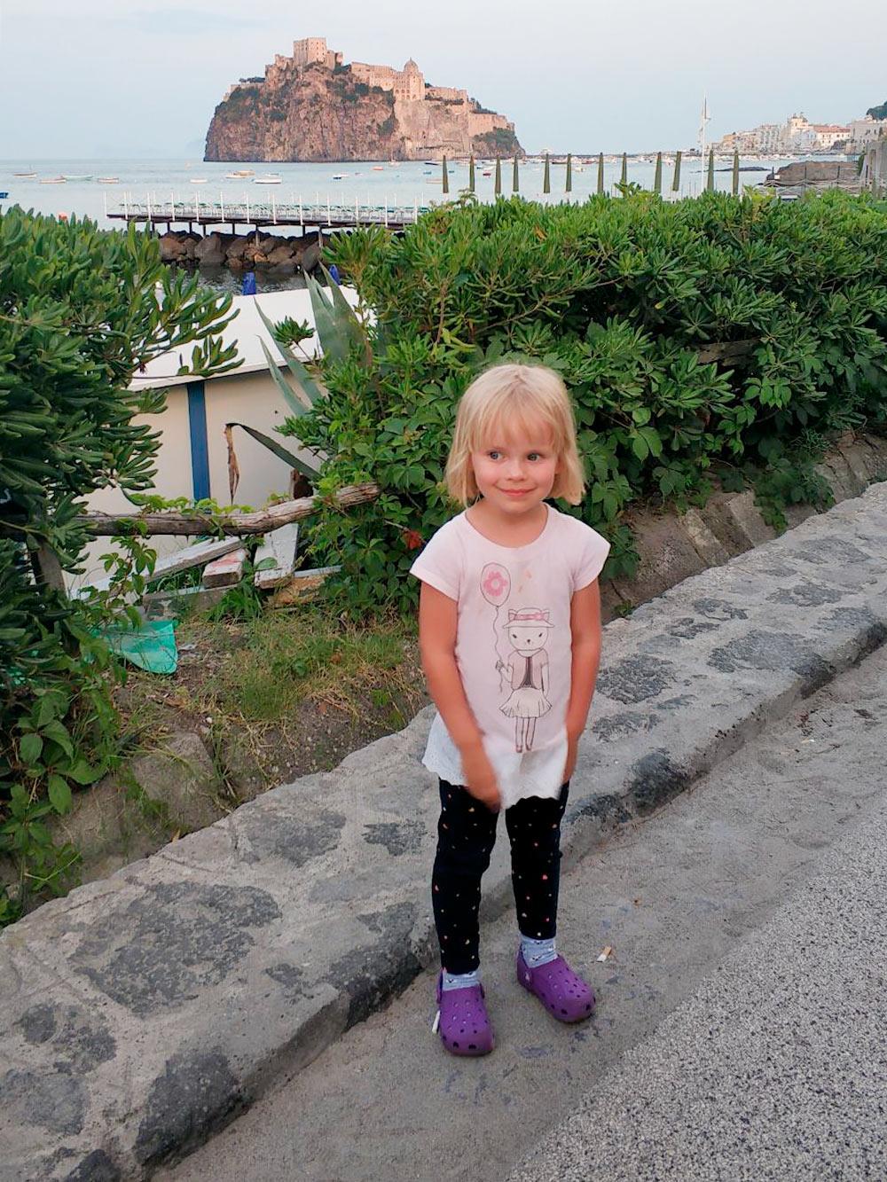 Летом дочь носила топ, леггинсы и шлепанцы «Крокс»