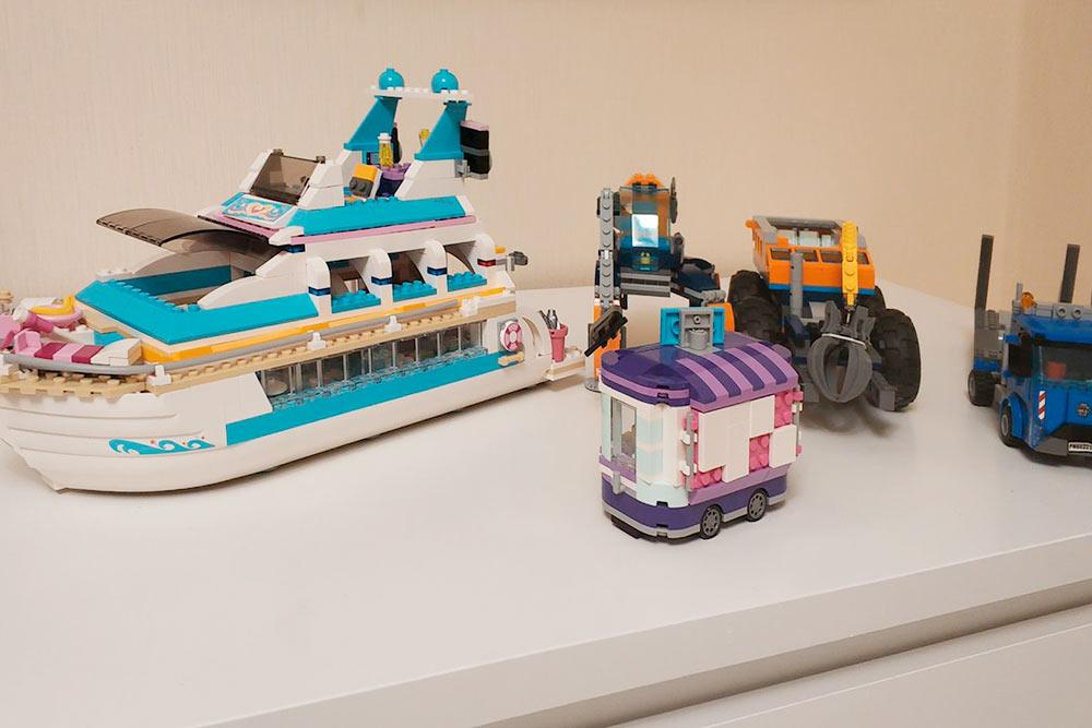 Все это дочь сама собрала из «Лего». Лайнер уже не выпускали, поэтому я купила его на «Авито»